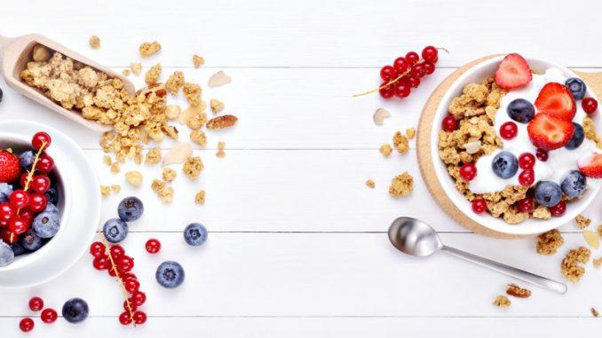 Frühstücksflocken, Joghurt und Obst